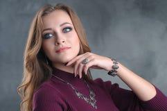 Porträt der schönen Modefrau mit silbernen Luxus-acces Stockfotografie