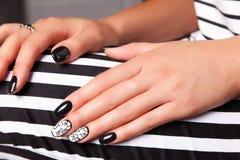 Porträt der schönen Nagelkunst stockfotos