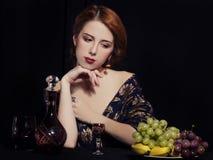 Porträt der schönen reichen Frauen mit Trauben. Lizenzfreie Stockbilder