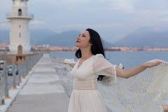 Portr?t der sch?nen romantischen Frau nahe dem Leuchtturm stockfoto