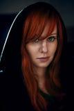 Porträt der schönen roten Haarfrau im Schwarzen Lizenzfreies Stockfoto