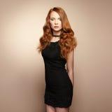 Porträt der schönen Rothaarigefrau im schwarzen Kleid Lizenzfreies Stockfoto