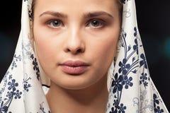 Porträt der schönen russischen Frau, die ein Kopftuch trägt stockfoto