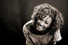 Schöne schwarze Frau auf schwarzem Hintergrund. Studioschuß stockbilder