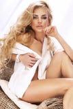 Porträt des attraktiven blonden Mädchens mit dem langen gelockten Haar. Lizenzfreie Stockbilder