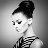 Porträt der schönen sinnlichen Frau mit eleganter Frisur.  Pro lizenzfreie stockfotografie