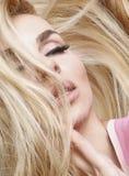 Porträt der schönen sinnlichen Frau mit langer Blondine Ihr Haar mit grünen Augen im überall vorhandenen Make-up Stockfoto