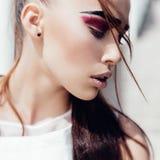 Porträt der schönen sinnlichen Mädchennahaufnahme draußen der Schönheitsbegriff Stockfotos