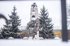 Porträt der schönen Statue bedeckt im Schnee in Moskau Stockbilder