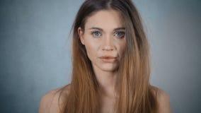 Porträt der schönen traurigen Frau, die im Studio aufwirft stock footage