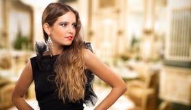 Porträt der schönen und jungen Frau der Mode stockfotos