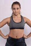 Porträt der schöner und des Athleten jungen Frau Lizenzfreie Stockfotos