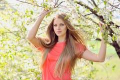 Porträt der Schönheit in blühendem Baum im Frühjahr Stockfoto