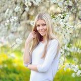 Porträt der Schönheit in blühendem Baum im Frühjahr Lizenzfreie Stockfotos