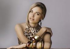 Porträt der Schönheit in der Safarichicausstattung Stockfotografie