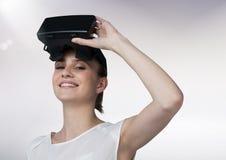 Porträt der Schönheit, die Kopfhörer der virtuellen Realität verwendet Lizenzfreies Stockfoto
