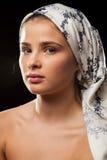 Porträt der Schönheit ein Kopftuch tragend stockbild