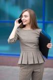 Porträt der Schönheit Geschäftsanruf auf der Straße machend lizenzfreies stockfoto