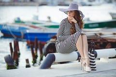 Porträt der Schönheit im Hut auf dem Pier Stockfotos