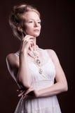 Porträt der Schönheit im Weinlese Victoriankleid stockfotos