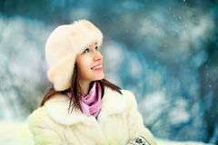 Porträt der Schönheit im Winterpark lizenzfreies stockfoto