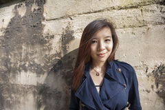 Porträt der Schönheit lächelnd beim Lehnen auf Wand in London, England, Großbritannien Lizenzfreie Stockfotografie