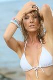 Porträt der Schönheit mit dem nassen Haar und weißem Bikini Lizenzfreie Stockfotos