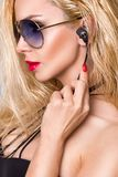 Porträt der Schönheit mit einem perfekten Gesicht, erstaunlichen Augen und einer glatten samtartigen Haut sinnlichen Make-up smok stockbilder