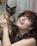 Porträt der Schönheit mit einer Katze. Stockbild