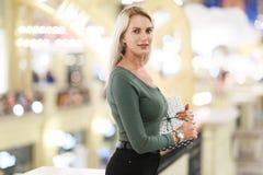 Porträt der Schönheit mit Geschenkbox lizenzfreie stockfotos