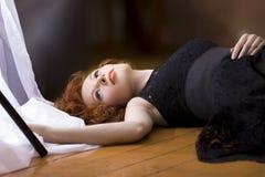 Porträt der Schönheit mit langem gelocktem Rot Anzeige languag lizenzfreie stockfotografie