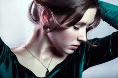 Porträt der Schönheit mit Make-up, Frisur und natürlichen Sommersprossen auf ihrem Gesicht im grünen Kleid Lizenzfreie Stockfotos