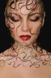 Porträt der Schönheit mit nasser Haar- und Gesichtskunst Lizenzfreies Stockfoto