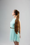 Porträt der Schönheit mit perfekter langer glänzender Atelieraufnahme des blonden Haares Stockfotografie