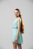 Porträt der Schönheit mit perfekter langer glänzender Atelieraufnahme des blonden Haares Stockbild