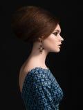 Porträt der Schönheit mit Retro- Frisur und sauberer Haut Lizenzfreies Stockbild