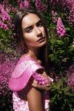 Porträt der Schönheit mit rosa Blumen Lizenzfreie Stockbilder