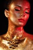 Porträt der Schönheit mit Scheinen auf ihrem Gesicht lizenzfreies stockfoto