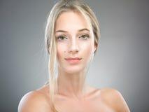 Porträt der Schönheit mit Sommersprossen Lizenzfreie Stockbilder
