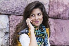 Porträt der Schönheit sprechend am Telefon im Freien Stockbild