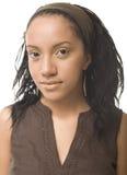 Porträt der Schönheitsjungen Afrofrau mit der schwarzen Haut lokalisiert auf weißem Hintergrund Stockfotos