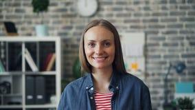 Porträt der Schönheitsstellung im Büro, das Kamera betrachtend lächelt stock video footage