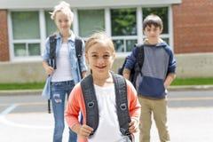 Porträt der Schule 10 Jahre Junge und Mädchen, die Spaß draußen haben Lizenzfreies Stockfoto