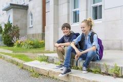 Porträt der Schule 10 Jahre Junge und Mädchen, die Spaß draußen haben Stockbilder