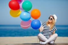 Porträt der schwangeren Frau mit Sonnenbrille und Hut Lizenzfreie Stockbilder