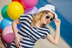 Porträt der schwangeren Frau mit Sonnenbrille und Hut Lizenzfreies Stockfoto