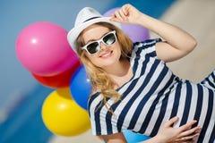Porträt der schwangeren Frau mit Sonnenbrille und Hut Lizenzfreies Stockbild