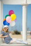 Porträt der schwangeren Frau mit Sonnenbrille und Hut Stockfotos