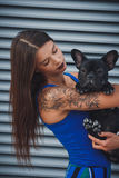 Porträt der schwarzen Bulldogge und seines Inhabers lizenzfreies stockfoto