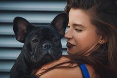 Porträt der schwarzen Bulldogge und seines Inhabers stockfoto